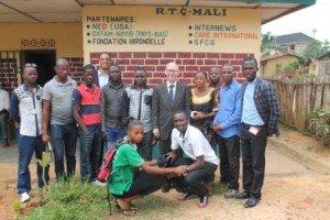 Photo de Famille_James Swan avec l'équipe de la radio mali (photo Me Patrick)
